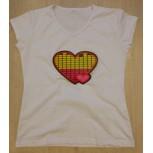 футболка с эквалайзером с белыми сердечками