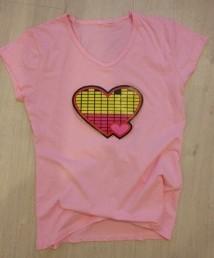 футболка с эквалайзером с сердечками